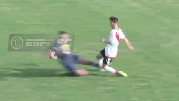 É rivalidade em qualquer categoria: juvenil do Boca dá carrinho desqualificante em jovem do River
