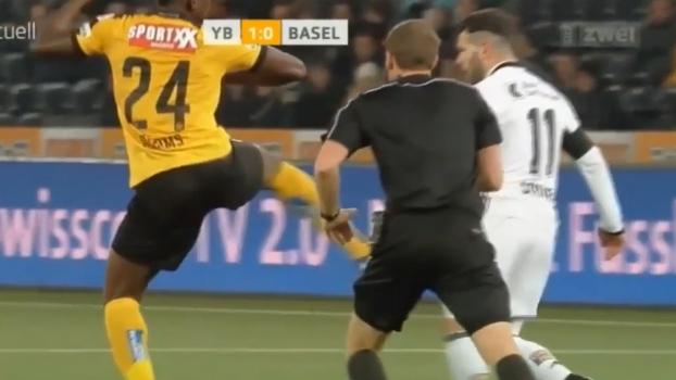 Expulsão mais fácil dos últimos tempos: na frente do juiz, jogador dá coice em adversário na Suíça