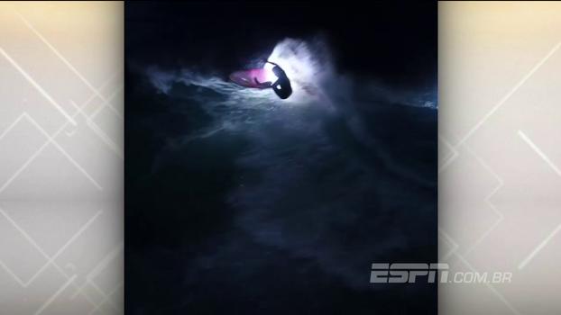 Com iluminação especial na prancha, surfista gera imagens incríveis ao pegar ondas de noite