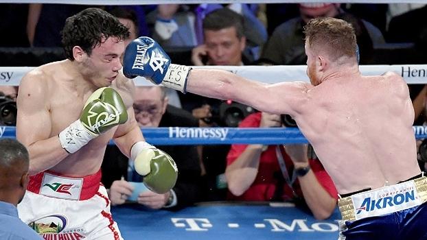 Canelo Alvarez dá aula de boxe e vence Julio Cesar Chavez por decisão unânime