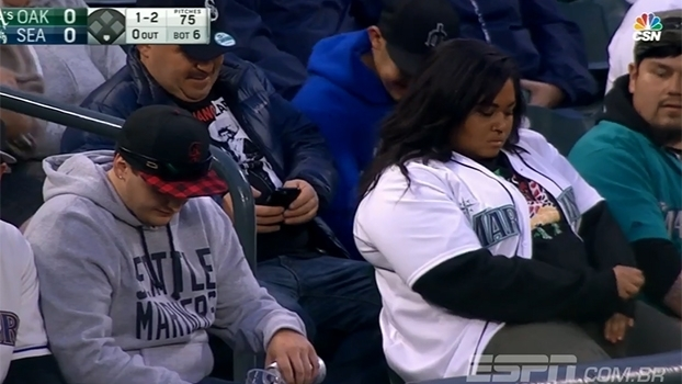 Faltou cuidado! Torcedor tenta pegar bola em jogo da MLB e dá banho de cerveja em torcedora