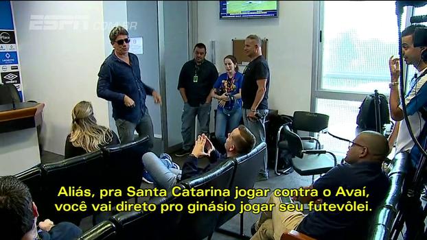 Renato Gaúcho tira sarro de repórter: 'Eu trabalho todo dia, você de vez em quando aparece'
