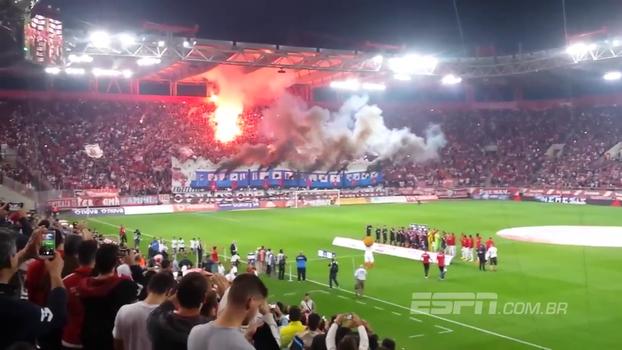 Festa à grega! Torcida do Olympiacos dá show e ilumina estádio com as cores da equipe