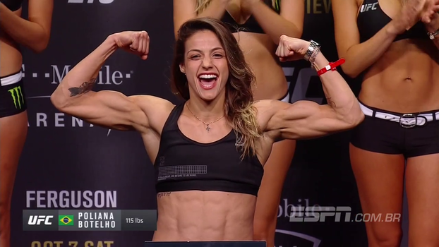 UFC 216: Poliana Botelho chega acenando e sorridente e fica bem próxima à Pearl Gonzalez em encarada