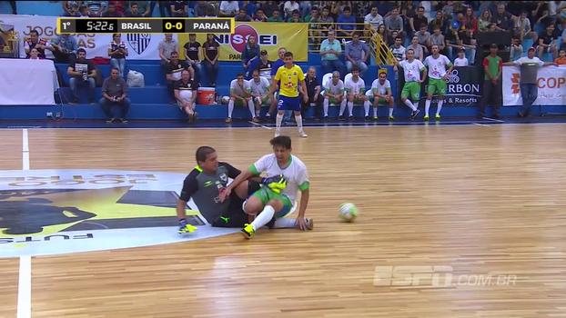 Partida das estrelas de futsal tem dividida muito forte, e jogador sai carregado de quadra