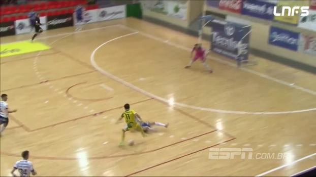 Na Espanha, jogador vem driblando do campo de defesa, humilha zagueiros e faz gol de placa