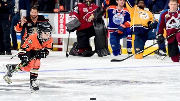 Skills competition da NHL tem Snoop Dog, McDavid voando e filho de Kesler marcando em Price; veja