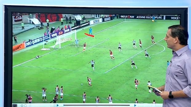 Carlos César caído, árbitro mandando seguir, e Everton e Rafael Carioca amarelados; Sálvio analisa