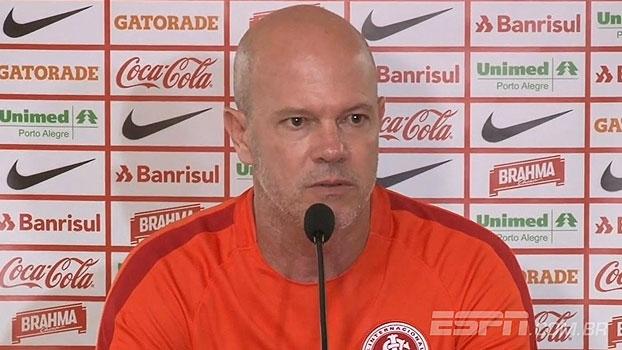 Zago lamenta curto tempo de preparação: 'Os jogadores estão sentindo os treinos'