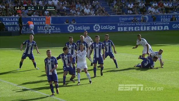 Tempo real: Após escanteio, Sergio Ramos cabeceia e manda para o fundo do gol, mas o árbitro já marcava falta de CR7 no meio da área