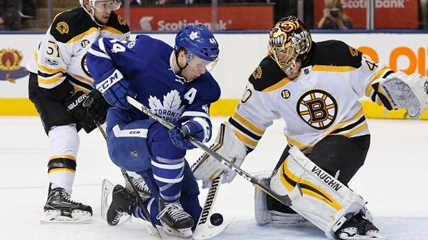 Maple Leafs supera goleiro inspirado e vence Bruins em jogo frenético