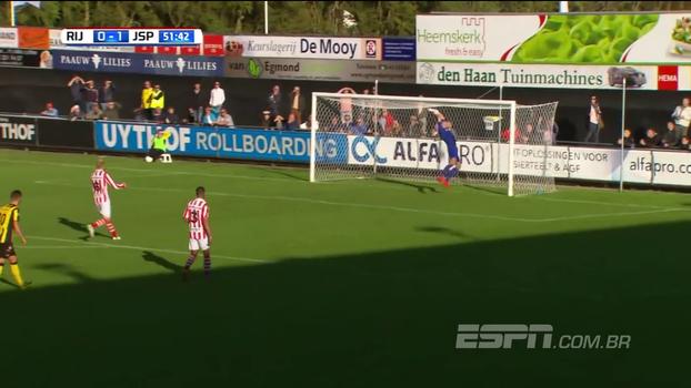 Não pode ser sério: goleirão sai da bola e toma gol inacreditável na Holanda