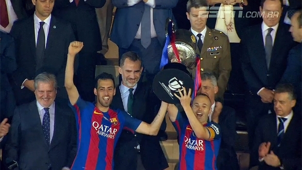 Festa do Barcelona no Calderón: Busquets e Iniesta levantam troféu da Copa do Rei