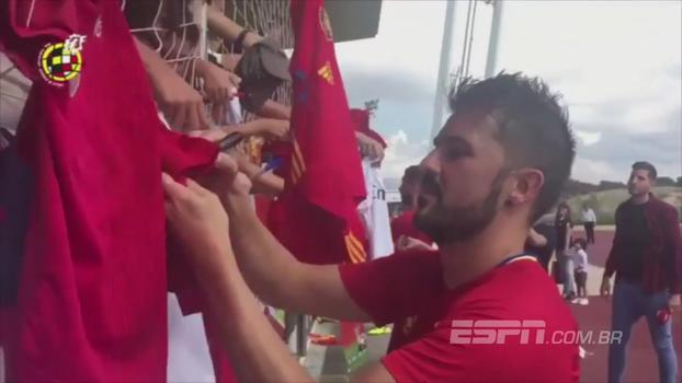 Torcedores fazem festa em treino da Espanha e ganham autógrafos de David Villa, Iniesta e outros jogadores