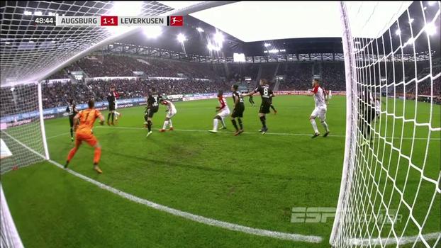 Zagueiro escorrega e falha feio, mas se redime um minuto depois e garante empate do Augsburg contra o Bayer Leverkusen