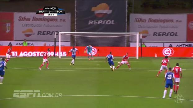Com direito a chapéu e chute de primeira; veja golaço de atacante mexicano do Porto