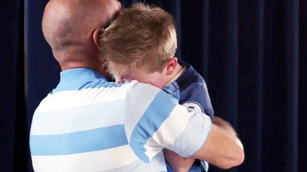 Emocionante: Ídolo do City, Zabaleta surpreende fãs e leva garotinho às lágrimas