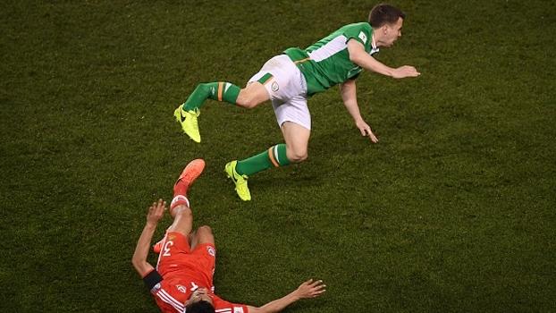 Cenas fortes: Lateral irlandês leva entrada criminosa e quebra a perna de maneira assustadora
