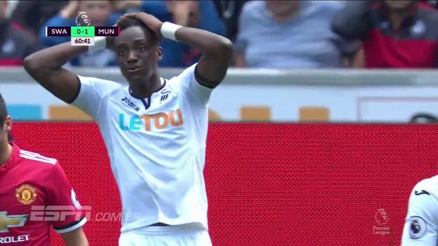 Tempo real: Abraham cabeceia com perigo em direção ao gol de De Gea