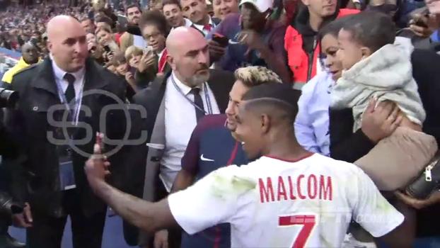 Mesmo após tomar de 6, Malcom pede para tirar 'selfie' com Neymar