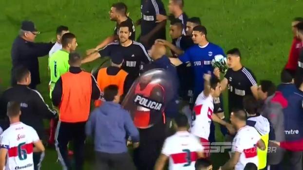 Em 'quebra pau' generalizado na Argentina, técnico soca adversário e acerta até policial