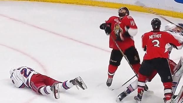 Jogo da NHL tem 'strike duplo'; assista