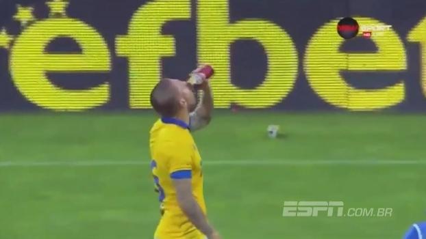 Na Bulgária, jogador toma cerveja jogada no campo e faz gol nos acréscimos