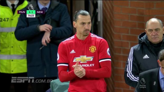 Após 7 meses, Ibra volta aos campos e é ovacionado em Old Trafford