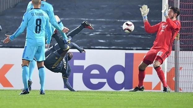 Com gol de puxeta, Fenerbahçe elimina Feyenoord e termina em 1º no grupo do United na UEFA Europa League