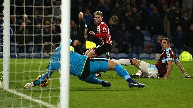 Entre golaços, defesas absurdas são destaques no Top10 da Premier League
