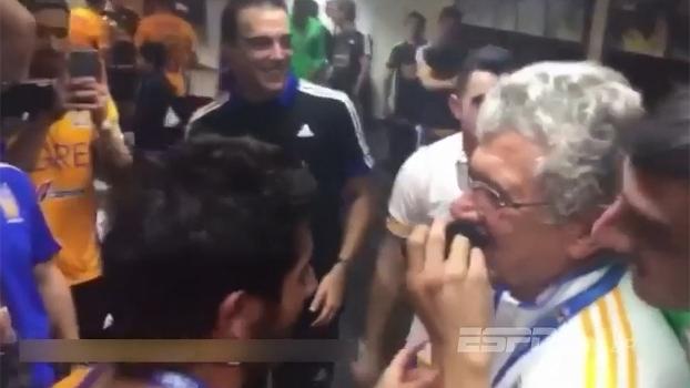 Sobrou para o técnico! Após título, Ricardo Ferretti tem bigode raspado por jogadores do Tigres