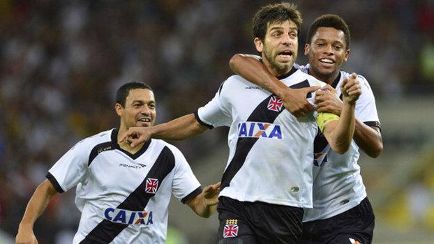 Fred foi expulso, Juninho brilhou com gol e assistência, e Vasco bateu Flu em 2013
