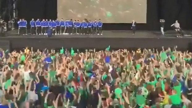 De volta à Irlanda do Norte, Will Grigg e seleção são recebidos com 'hino' do jogador
