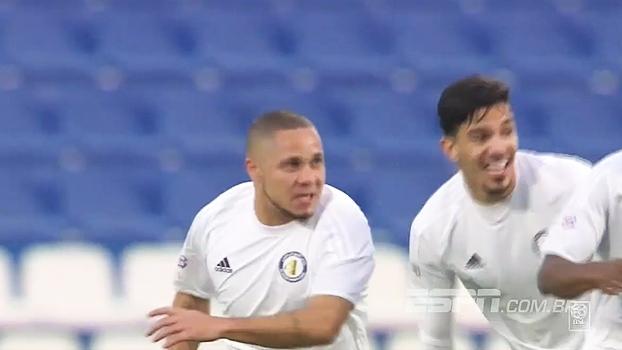 No Catar, goleirão se complica, tenta pênalti e vê ex-vascaíno Madson fazer gol