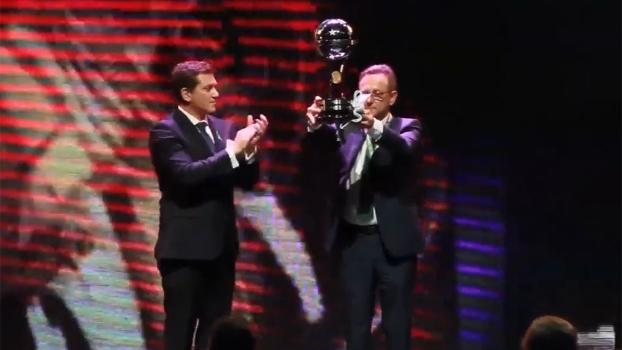 Presidente da Chapecoense recebe taça da Sul-Americana e faz agradecimento especial ao Atlético Nacional