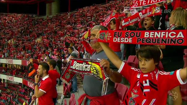 De arrepiar! Cantando hino, torcida do Benfica embala entrada do time em campo