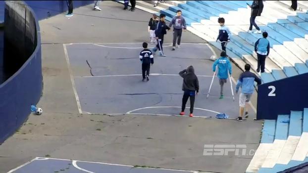 Durante Racing x Corinthians, garoto de muletas faz golaço em brincadeira no estádio