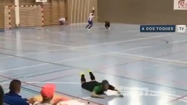 ERROU! Jogador vê gol, comemora com peixinho, mas a bola vai para fora