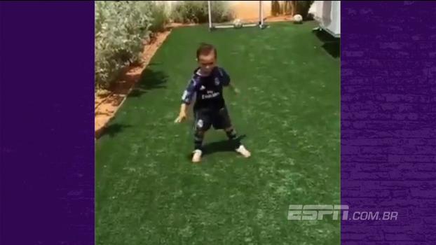 Garotinho veste a camisa do Real Madrid, faz gol e comemora como Cristiano Ronaldo