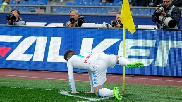 Após gol, Mertens imita cachorro e 'faz xixi' durante comemoração