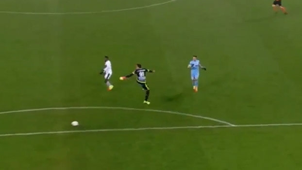 Goleiro dá furada monumental e entrega gol no campeonato belga