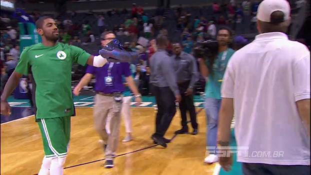 De novo! Após vitória dos Celtics, Kyrie Irving fica descalço e entrega par de tênis a fã nas arquibancadas