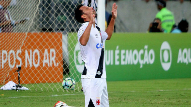 Com gol contra bizarro, Vasco bate Atlético-GO e sonha com Libertadores