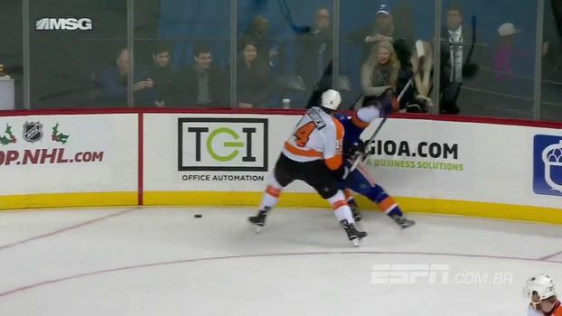 Jogador do New York Islanders deixa marcador perdido e dá linda assistência na NHL