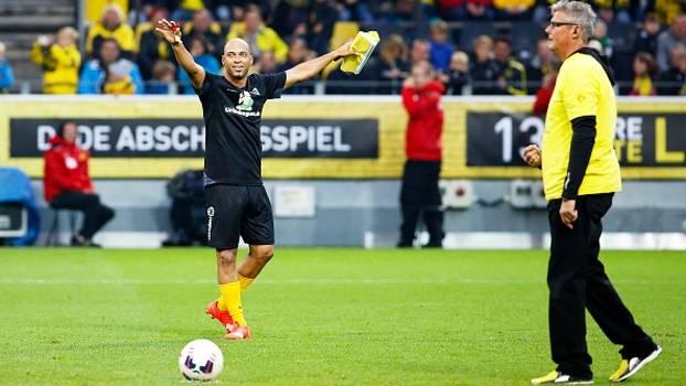 de64109a7b Narrador do Borussia é convidado para bater pênalti e converte