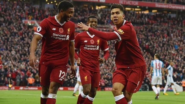 Firmino sofre pênalti, faz gol e sai aplaudido de campo na vitória do Liverpool