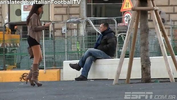 Nas ruas da Itália, torcedora faz proposta indecente aos fãs do Napoli
