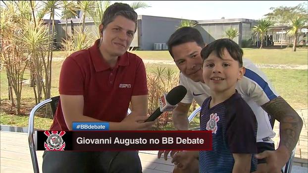 Que fofura! Filho de Giovanni Augusto invade entrevista do pai e manda recado