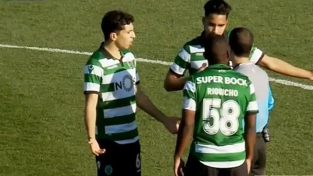 Jogadores do juvenil do Sporting comemoram gol anulado e adversário acaba marcando no contra-ataque