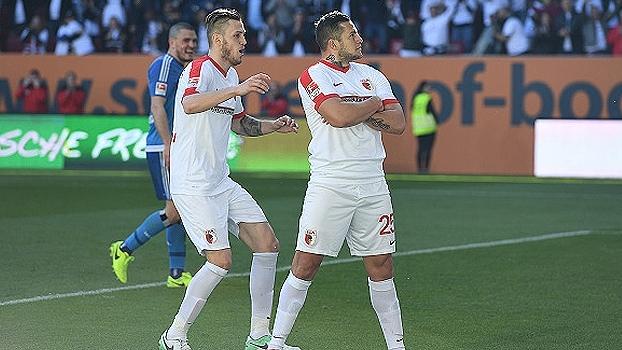 Augsburg goleia Hamburgo em casa e respira na Bundesliga